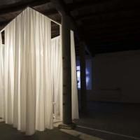 Thorsten Kirchhoff  Retrovisione, 2014 impianto audio/video, materiali vari foto Giorgio Benni