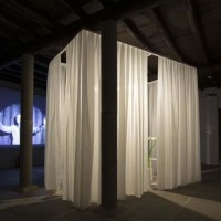 Thorsten Kirchhoff  Retrovisione, 2014 impianto audio/video, materiali vari, foto Giorgio Benni